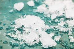 Smeltend sneeuw, ijskegels en ijs als achtergrond De uitgaande winter, de lenteweer Stock Fotografie