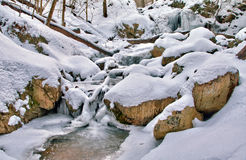 Smeltende bergwatervallen en stroom Stock Foto's