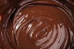 Smeltende chocolade, gesmolten heerlijke chocolade voor pralinesuikerglazuur stock afbeeldingen