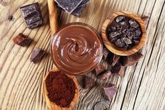 Smeltende chocolade of gesmolten chocolade met een chocoladewerveling M stock afbeeldingen