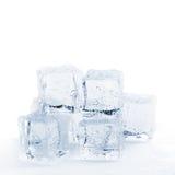 Smeltende gestemde ijsblokjes stock fotografie
