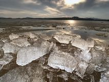 Smeltende gletsjers en toenemende rivierniveaus Het resultaat van gevaarlijke menselijke acties Stock Foto