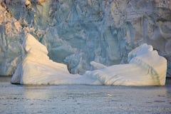 Smeltende Ijsberg in Noordpooloceaan Stock Afbeelding