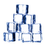 Smeltende ijsblokjes die op witte achtergrond worden geïsoleerd Stock Afbeelding