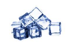 Smeltende ijsblokjes die op witte achtergrond worden geïsoleerd Stock Foto
