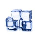 Smeltende ijsblokjes die op witte achtergrond worden geïsoleerd Royalty-vrije Stock Afbeeldingen