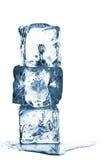 Smeltende ijsblokjestapel met water Stock Afbeelding