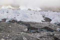 Smeltende ijsgletsjers toe te schrijven aan het globale verwarmen met dikke mist bij de bovenkant royalty-vrije stock afbeeldingen