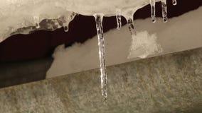 Smeltende ijskegels met waterdalingen stock video