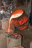Smeltende pot met vloeibaar brons Royalty-vrije Stock Foto