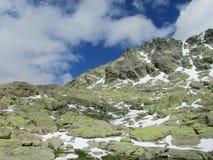Smeltende sneeuw in de lentebergen Royalty-vrije Stock Foto