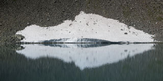 Smeltende sneeuw in de Zwitserse alpen Royalty-vrije Stock Foto