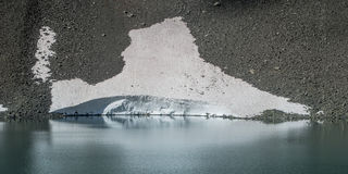 Smeltende sneeuw in de Zwitserse alpen Royalty-vrije Stock Foto's
