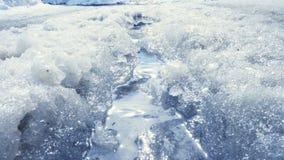 Smeltende sneeuw en stromend water stock video