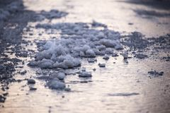 Smeltende sneeuw op bestrating royalty-vrije stock foto's