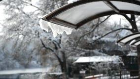 smeltende sneeuw op het dak van de luifel in het park stock video