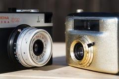 Smena 8M i Penti Ja starego rocznika złote kamery na drewnianym tle zdjęcia royalty free