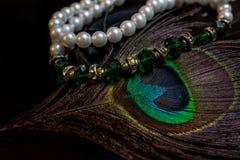 Smeraldi delle perle e piume del pavone Fotografia Stock