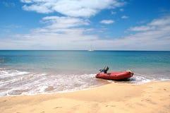 Smerig op het tropische strand Stock Foto