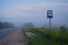 Smerige bushalte in ochtend Stock Foto's