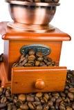Smerigliatrice antica del caffè, chicchi di caffè Fotografie Stock