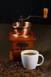 Smerigliatrice antica del caffè, tazza di caffè. Fotografia Stock