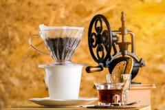 Smerigliatrice d'annata Manual Coffee Bean nel cooffeshop locale fotografia stock