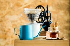 Smerigliatrice d'annata Manual Coffee Bean nel cooffeshop locale fotografie stock