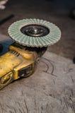 Smerigliatrice di angolo con la lama rotatoria su una superficie di alluminio Fotografia Stock