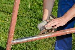 Smerigliatrice di angolo, rinnovamento della costruzione metallica fotografie stock libere da diritti
