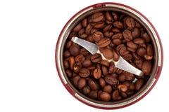 Smerigliatrice di caffè con i chicchi di caffè. La vista superiore immagine stock libera da diritti
