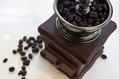 Smerigliatrice di caffè dell'annata con i chicchi di caffè Fotografia Stock Libera da Diritti