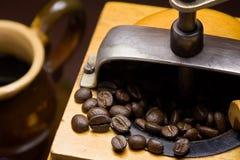 Smerigliatrice di caffè di antichità e tazza di cofe Fotografia Stock Libera da Diritti