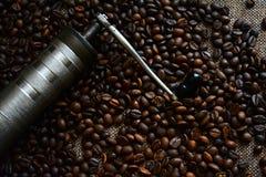 Smerigliatrice di caffè e chicchi di caffè Immagini Stock Libere da Diritti