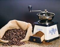 Smerigliatrice di caffè e chicchi di caffè arrostiti Fotografia Stock Libera da Diritti