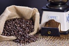 Smerigliatrice di caffè e chicchi di caffè arrostiti Immagine Stock