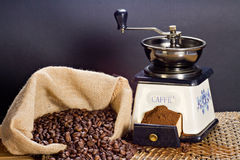 Smerigliatrice di caffè e chicchi di caffè arrostiti Fotografia Stock