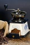 Smerigliatrice di caffè e chicchi di caffè arrostiti Immagini Stock