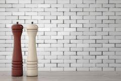 Smerigliatrice di legno Mills del sale o di Perrer davanti al muro di mattoni 3D r Fotografia Stock Libera da Diritti