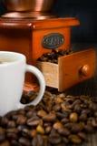 Smerigliatrice e tazza di caffè antiche del caffè. Fotografia Stock
