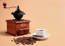 Macinacaffè e tazza con caffè fragrante Fotografia Stock Libera da Diritti