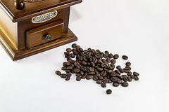 Smerigliatrice e una manciata di chicchi di caffè Immagine Stock