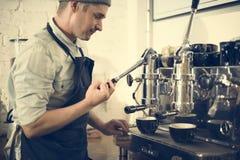 Smerigliatrice a macchina Steam Cafe Concept di barista del caffè immagine stock libera da diritti