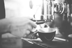 Smerigliatrice Portafilter Concept di Coffee Maker Machine di barista immagini stock