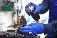 Smering en onderhoud van de fiets royalty-vrije stock foto