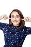 Smetta di fare questa giovane donna sana seccante che fa il fronte ironico, tappante le orecchie con le dita, Fotografia Stock Libera da Diritti