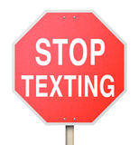 Smetta di mandare un sms all'azionamento d'avvertimento rosso del testo del pericolo del segnale stradale Immagine Stock