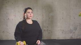Smetta di mangiare gli alimenti a rapida preparazione, vada dentro per lo sport La ragazza grassottella rifiuta gli alimenti indu archivi video