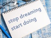 Smetta di sognare l'inizio che fa, concetto motivazionale di citazioni di parole immagini stock