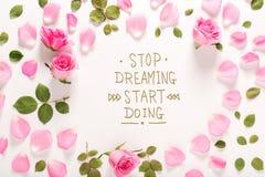Smetta di sognare l'inizio che fa il messaggio con le rose e le foglie fotografia stock libera da diritti